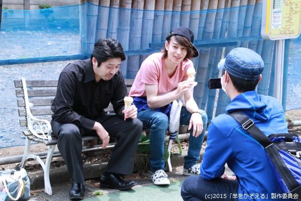 撮影で使ったアイスは他のキャストやスタッフが美味しくいただきます。ヤクザ役の杉江大志さんと中野マサアキさんも笑顔でパクリ