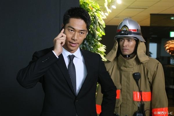 タツヤ役のAKIRAさん(左)と、消防士の合田役・佐藤隆太さん(右)。ふたりの熱い衝突も見どころの一つです!