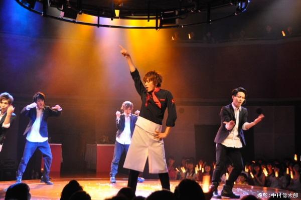 360度ステージのセンターで華麗なダンスを披露する小林さん
