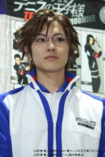 青学(せいがく)テニス部を率いる部長・手塚国光役の財木琢磨さん