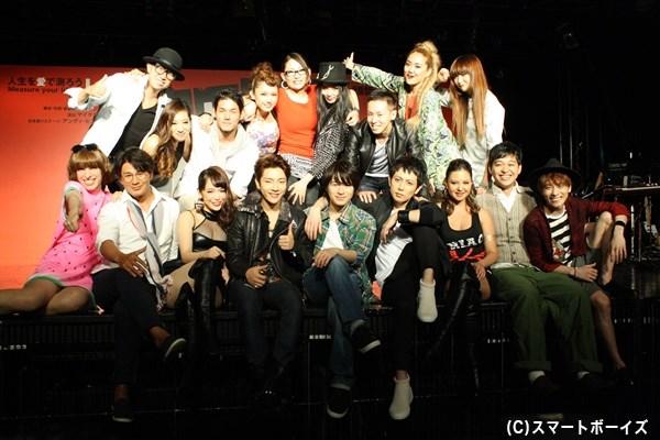 登壇キャスト18名で、『RENT』恒例のステージに腰かけての集合写真!