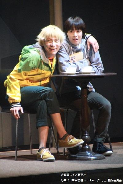 小越勇輝さん演じる金木研(右)と宮﨑秋人さん演じる永近英良(左)は幼少の頃からの親友同士