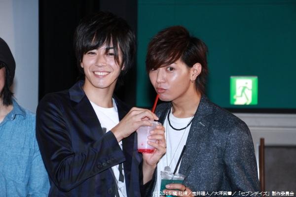 フォトセッションで山田さんにオリジナルドリンクを飲ませる廣瀬さん。ほほえましいショットです!