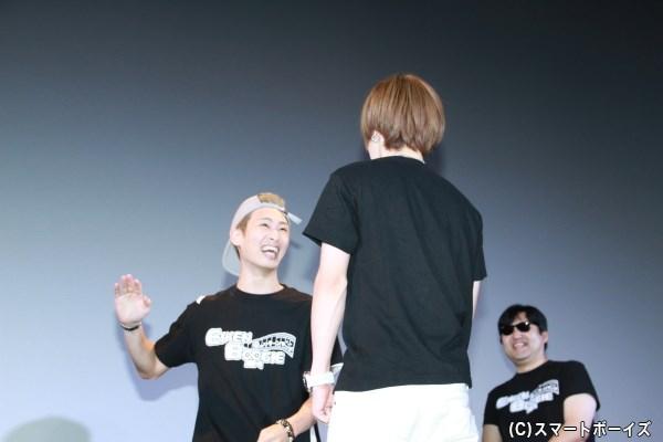 落ち込むメンバーを励ます即興劇④ 落ち込む安川さんにビンタをしようとする塩田さん。ここでも安川さんはビビッたそうです