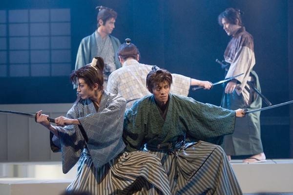 演劇集団キャラメルボックスの人気作「風を継ぐ者」シリーズとのコラボ作品。幕末を駆けぬけた若き志士たちが個性豊かに描かれる