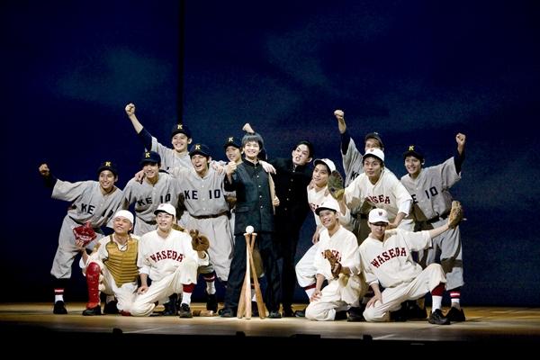 太平洋戦争中、学徒出陣が迫る中「野球の灯を消さない」と必死の抵抗をする慶応、早稲田の野球部員たち。「最後の早慶戦」を題材にした感動の舞台
