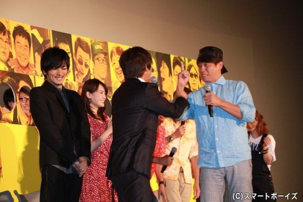 舞台挨拶中、何度も大笑いしていた久保田さん。普段の舞台挨拶では笑わせる側だけに、レアなシーンですね