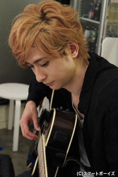 セットチェンジの間、ギターを練習する姿をパチリ☆