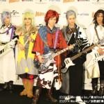 (左から)劇中での楽器を手に会見に登場した、佐々木喜英さん、矢田悠祐さん、良知真次さん、太田基裕さん、輝馬さん
