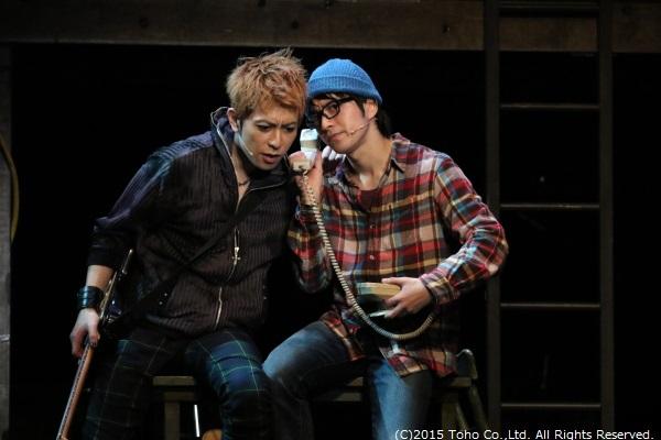 マーク役・村井良大さん(写真右)と、ルームシェア相手の友人・ロジャー役の堂珍嘉邦さん(写真左・Wキャスト)
