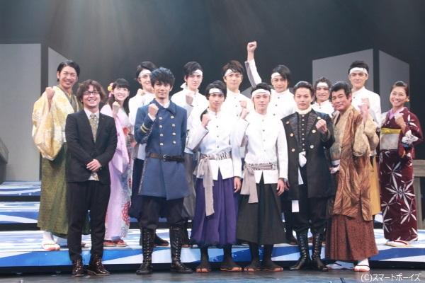 全員がガッズポーズする中、小澤さんだけ腕を高く上げてガッツポーズ!