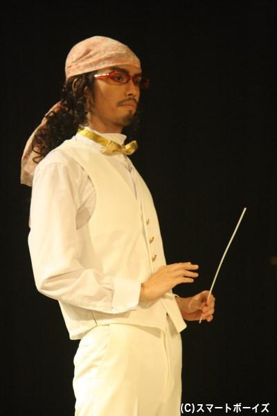 村上さんは大人の象徴として、ヒロインたちの先生役としても登場します