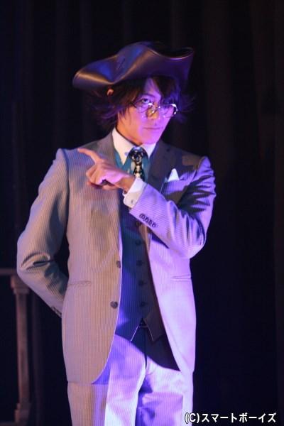 会社では専務としてフックの右腕を務める、スミー役の服部翼さん