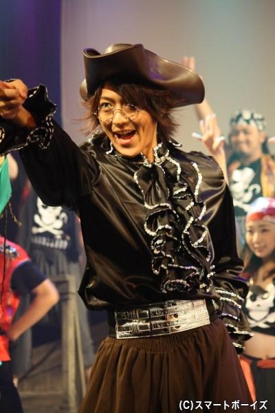 物語終盤では、スミーもスーツ姿から本来の海賊の姿へ!