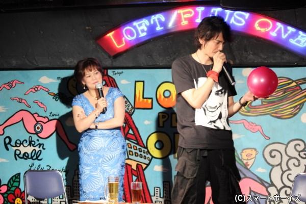 (園田)マリへ愛を語る村上さんと、若干ヒキ気味にそれを見守る鈴木美潮さん