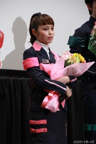 デカピンク/胡堂小梅役の菊地さん 花束贈呈では、今にも泣き出しそうな表情に