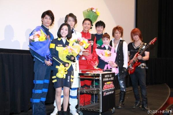 (左より)林剛史さん、木下あゆ美さん、吉田友一さん、さいねい龍二さん、菊地美香さん、伊藤陽佑さん、YOFFYさん(サイキックラバー)、IMAJOさん(サイキックラバー)