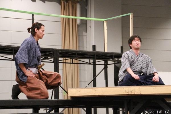 (左)本多正純役の寿里さん、(右)徳川家康役の山崎樹範さん
