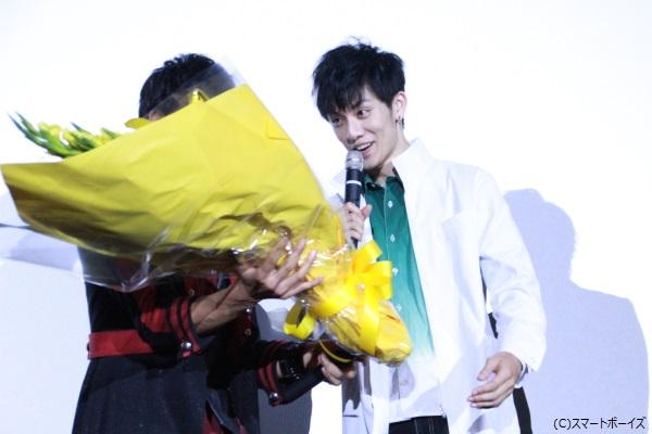 松田さんから花束を渡され、まさかの表情で受け取る青木さん