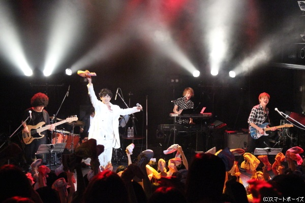 ツアーファイナルの東京公演、会場が一体となった熱いライブがスタート!
