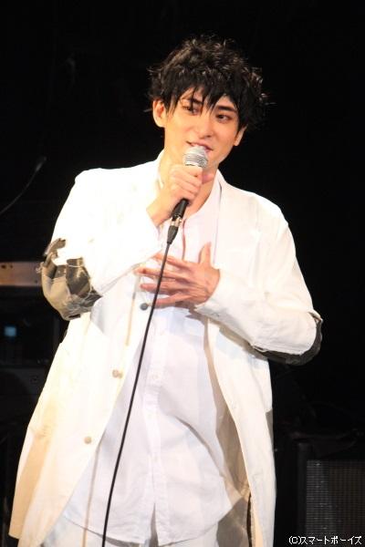 黒髪で登場した古川さんに、大きな歓声が沸き起こります