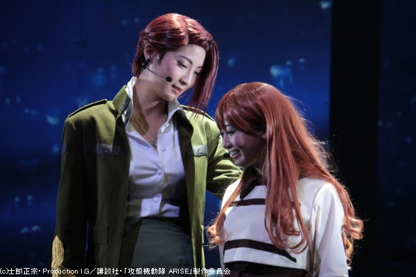 クルツ役の護あさなさん(左)と、ツダ・エマ役の桃瀬美咲さん(右)