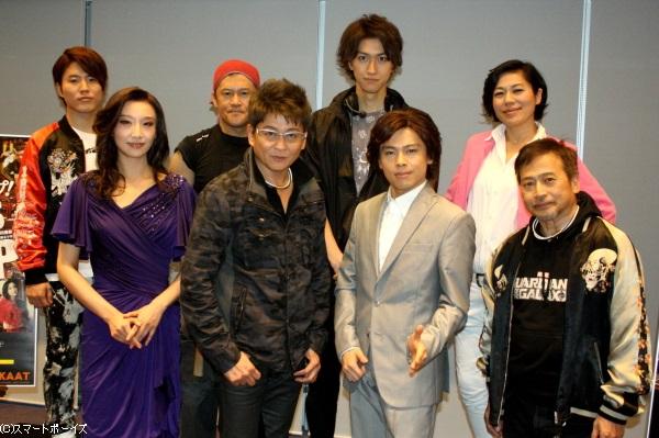 (後列左から)入野自由さん、橋本じゅんさん、相葉裕樹さん、青木さやかさん (前列左から)大空祐飛さん、哀川翔さん、中川晃教さん、ラサール石井さん