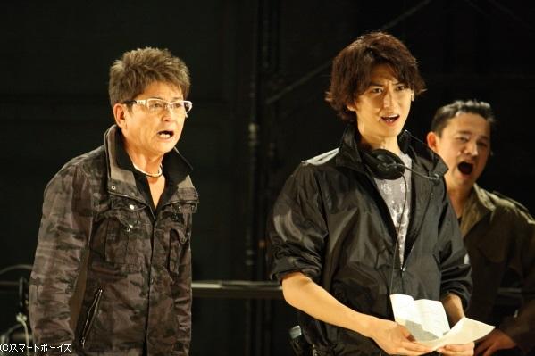 ベテラン舞台監督の加賀美(左・哀川)と、その弟子・新人舞台監督の新藤(相葉)