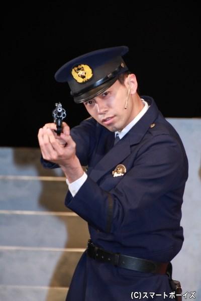 青木純蔵役の金城さん。フォトセッション時にマスコミから「警官の方」と言われ、キャスト陣大爆笑の中、このキメポーズ!