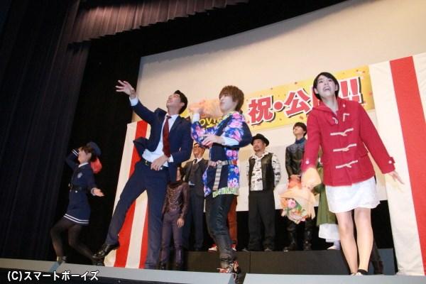 集まったファンへブーケを投げ入れる西銘さん、大沢さん、竹内さん、内田さん