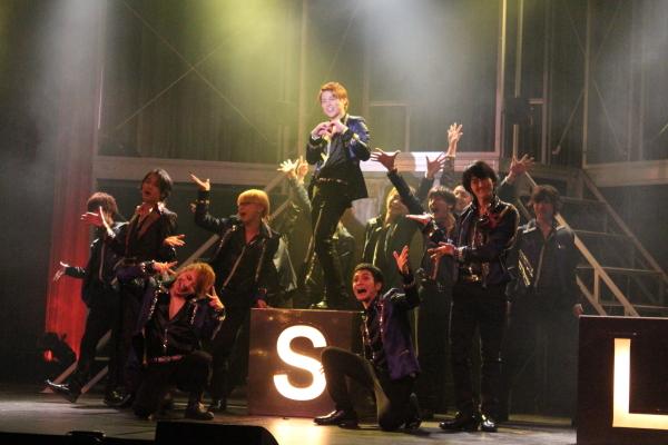 美しい男子が、歌い踊り、そして艶やかに女性たちを魅了します!