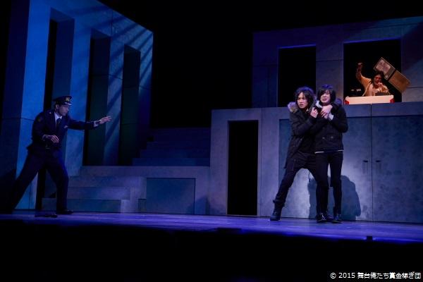 黒田を人質に取るのはBRAIN役の細貝圭さん(左から2番目)