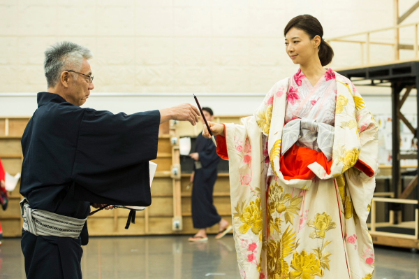 江戸時代、写楽の時代に生きるイッセー尾形さん(左)、朝海ひかるさん(右)