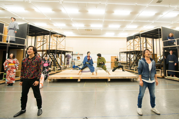 W主演を務める小関裕太さん(写真・前方左)、ナオト・インティライミさん(右)