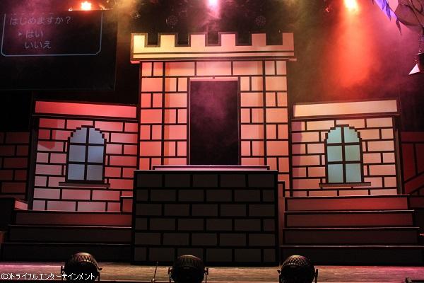 劇中ではステージ左上のモニターにも注目です!