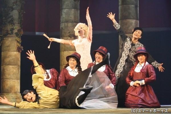 (写真後列)マルガレーテ王妃(八代進一)や男爵夫人(粟根まこと)が混ざってのコミカルなシーンも!