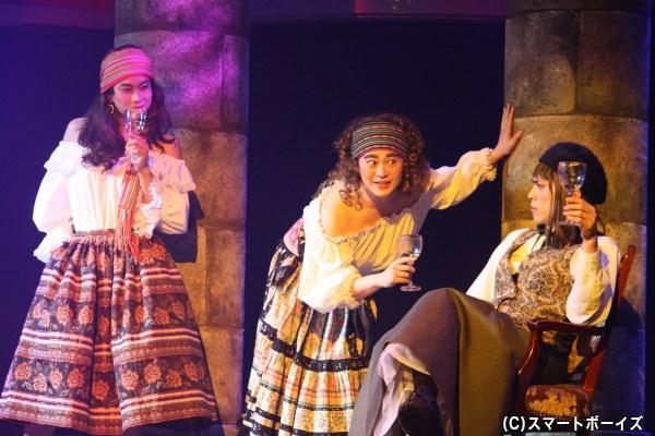 酒場のシーンでは、宮下雄也さん(写真中央)&田中崇士さん(左)が女学生役から別役で再登場!
