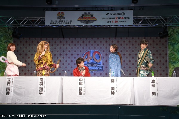 報道陣にシッポを披露するジューマン役の4人を羨ましそうに眺める人間役の中尾さん