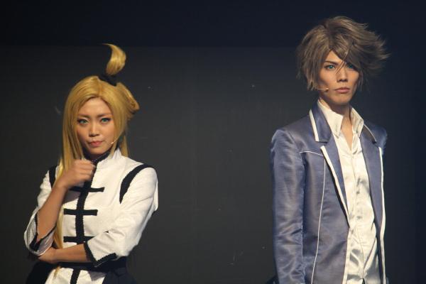 アニメと同じく立凪コーリン役を演じる、大人気声優・三森すずこさん(左)の活躍にも大注目!