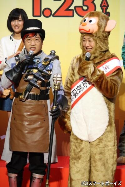 (写真左から)闇博士マーブロ役の山里亮太さん&特別応援隊長の山崎静代さん