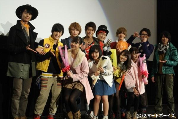 黒バラのプレゼントに戸惑う(女性陣・前列左から) 山谷花純さん、矢野優花さん、小島梨里杏さん、森高愛さん