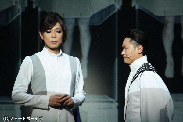 """(左から)2116年で""""創造する心""""を規制している、遺伝子工学者の佐山小鳥(ミッツ・マングローブさん)と日本総裁の水枝リドル(坂元健児さん)"""