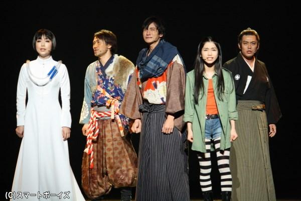 """""""創造する心=DNA-SHARAKU""""を持つ者たちが、芸術を未来へ残すために取った作戦とは… (左から新妻聖子さん、ナオト・インティライミさん、小関裕太さん、田野優花さん、藤岡正明さん)"""