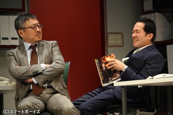 2つの秘密を持つ市川(左・松尾貴史さん)と、超おしゃべりの水野(坂田聡さん)