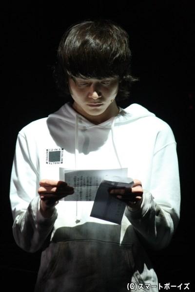弟・直貴(三浦涼介さん)は、兄から届く手紙と非情な現実に追いつめられていく
