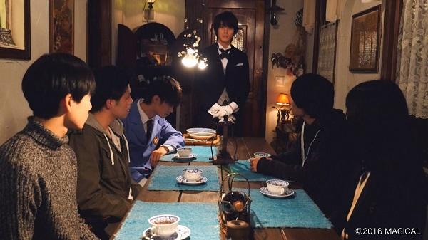 太田基裕さん(中央)が謎の執事役を熱演