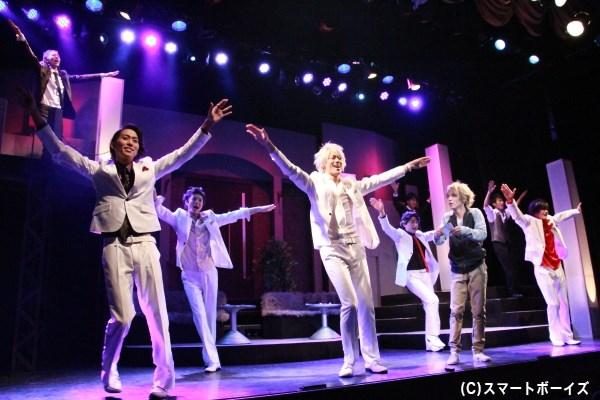 レディ・キラーのメンバーによるパラパラダンスは息ピッタリ!