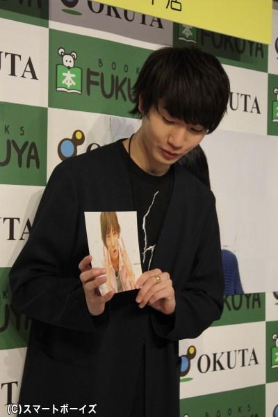 ギャル男の写真を手に「撮影中はこのまま渋谷を歩けそうなくらいノリノリでした♪」