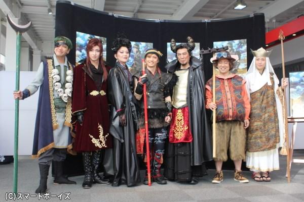 (左前列より)土屋佑壱さん、佐々木喜英さん、大沢逸美さん、喜矢武豊さん、西岡徳馬さん、みのすけさん、月船さららさん