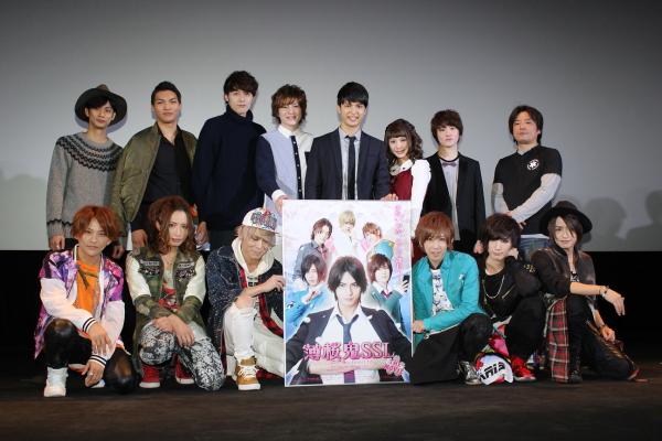 (後列左から)馬場良馬さん、章平さん、稲垣成弥さん、木村敦さん、中村優一さん、大野未来さん、小西成弥さん、宮下健作監督 (前列)主題歌を担当したBlu -BiLLioN